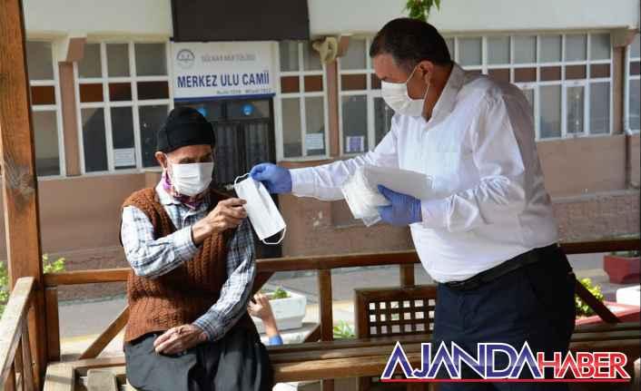Başkan Ünüvar maske dağıttı