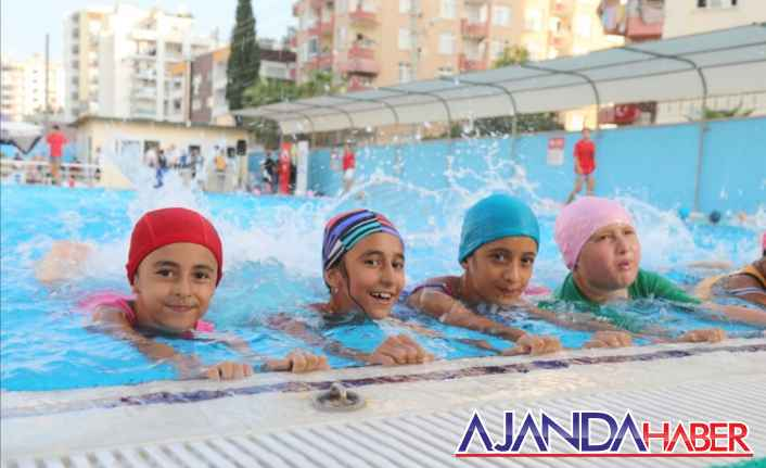 Mezitli'de kursiyerler yüzmeyi öğrendi