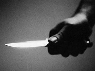 Acil serviste doktoru bıçakla kovaladı