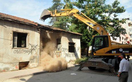 Akdeniz belediyesi metruk binaları yıkmaya devam ediyor