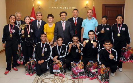 Engelliler başarılarını Vali Güzeloğlu ile paylaştı