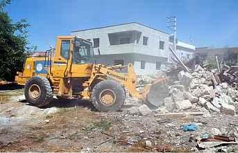 Metruk binalar yıkıldı, tonlarca moloz alındı