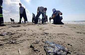 Sahile vuran petrol atıkları temizlendi